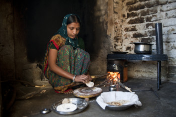 Households in India use the Envirofit stove to reduce smoke and fuelwood consumption, contributing to better health outcomes and household savings.